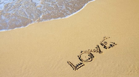 24個唯美精闢的愛情語錄:愛情像糖衣,我囫圇吞下,享受瞬間的甜蜜【經典語錄網】