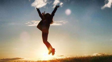 經典人生勵志語錄:人生,可以不富有,但一定要快樂【經典語錄網】